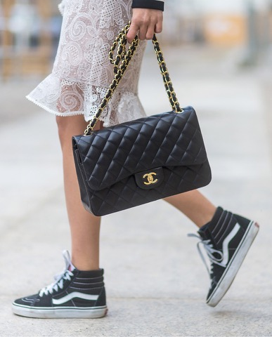 sac Chanel et sneakers Vans