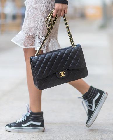 sac Chanel et sneakers Vans